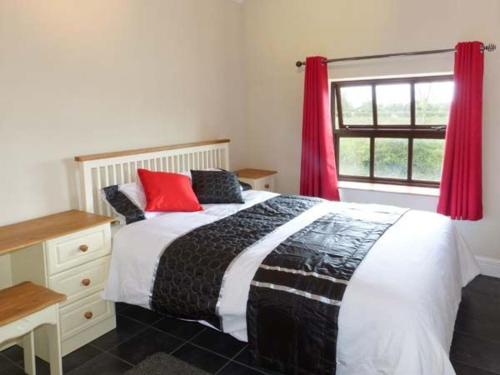 A bed or beds in a room at The Annexe Dereen Lodge, Mohill