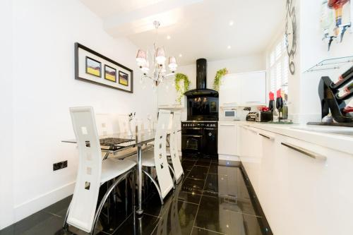 A kitchen or kitchenette at Juzz Holiday Lets