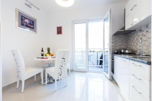 A kitchen or kitchenette at Fifi apartment w. parking in old town