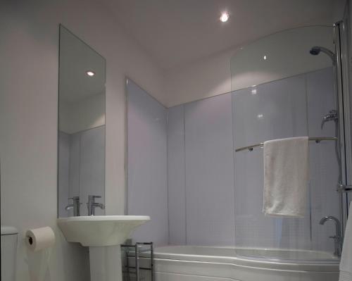 Ванная комната в Aberdeen Serviced Apartments - The Lodge
