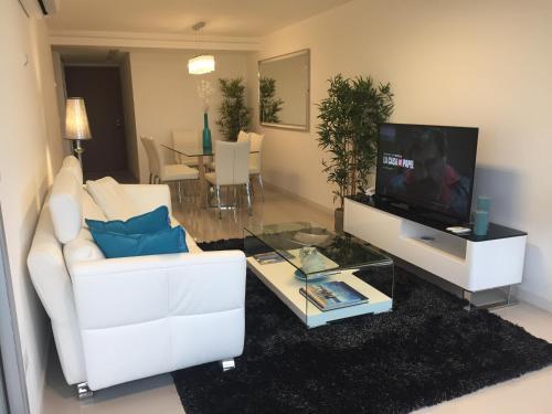 Una televisión o centro de entretenimiento en Look Brava