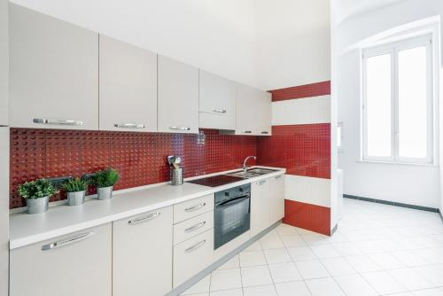 A kitchen or kitchenette at mrg home holiday