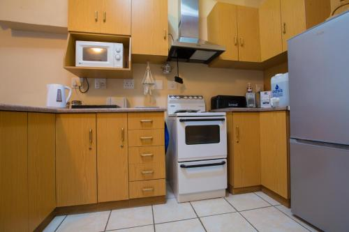 A kitchen or kitchenette at Mossel Bay Comfort Stay