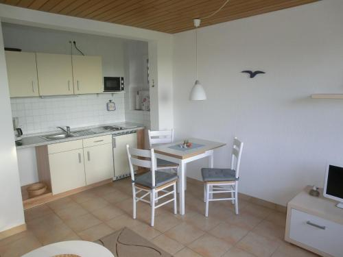 A kitchen or kitchenette at Haus Strandgut/2