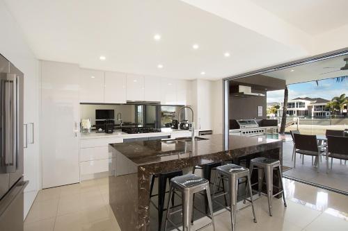 A kitchen or kitchenette at La Luna