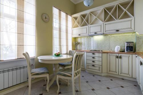 A kitchen or kitchenette at Life Inn Apartments