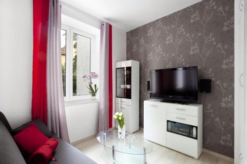 Telewizja i/lub zestaw kina domowego w obiekcie City center - Gdańsk Old Town Apartment