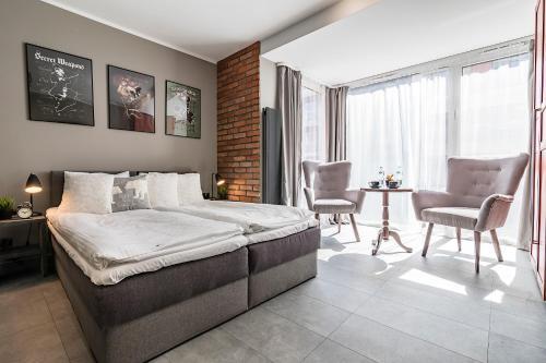 A bed or beds in a room at Artemis Apartament - Chmielna B