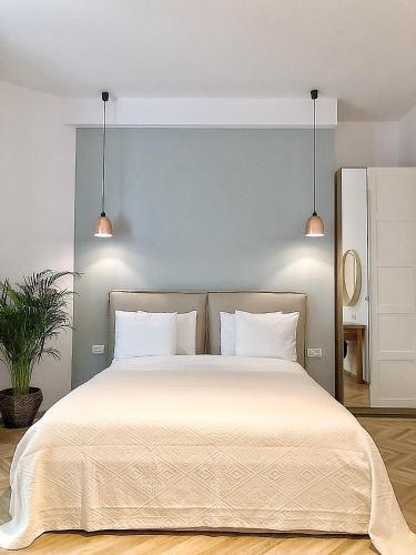 Un pat sau paturi într-o cameră la Soffitta Boutique Hotel
