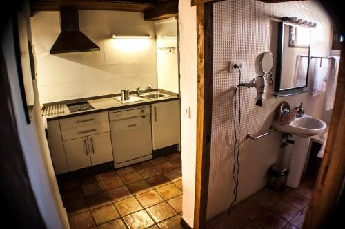 Una cocina o zona de cocina en Apartamentos Rurales Casa De Los Escudos
