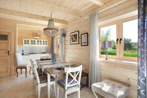 Restauracja lub miejsce do jedzenia w obiekcie SeaUSasino - Dom Ocean - Luksusowe Drewniane Domy z Kominkami