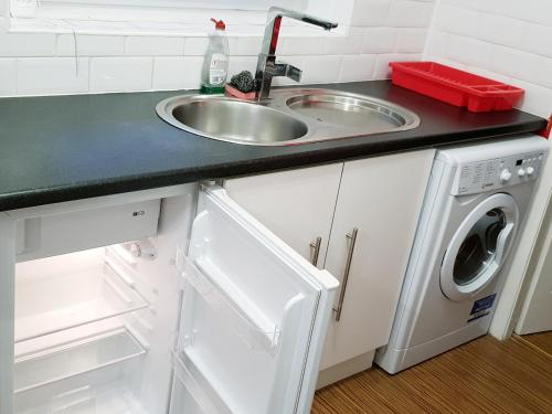 A kitchen or kitchenette at My Glasgow House - Central