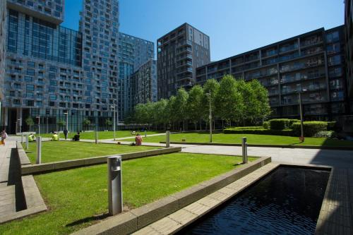 Peldbaseins naktsmītnē Dockside Walk Suite - Canary Wharf vai tās tuvumā