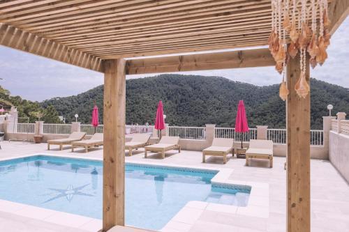 The swimming pool at or near Apartamentos Catharina Maria