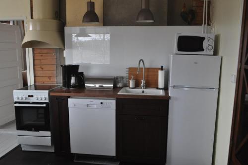 Ett kök eller pentry på Lakeuden Lumo ja Tupa