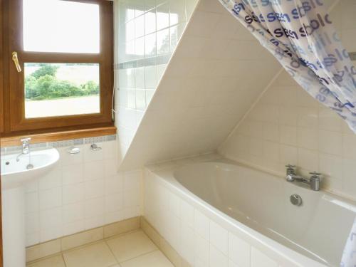 A bathroom at Drumfad Cottage, Newton Stewart