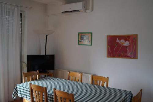 A television and/or entertainment centre at Eman Apartmanház