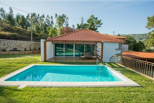 The swimming pool at or near Casa da Assudra