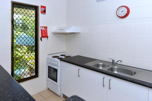 A kitchen or kitchenette at City Gardens Apartments