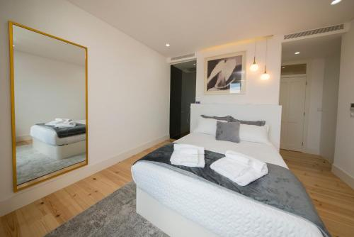 A bed or beds in a room at Boutique Lapa, 2 suites, luxury design, river view
