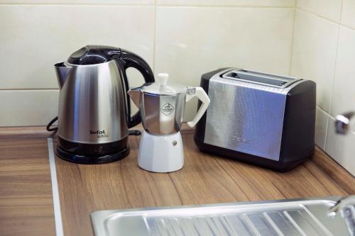 Príslušenstvo na prípravu kávy alebo čaju v ubytovaní Rooftop apartment II.