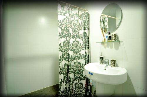 A bathroom at Greenbelt Makati studio