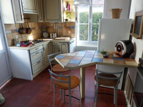 A kitchen or kitchenette at Chatel Home