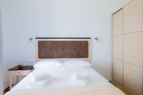 Life's Moments tesisinde bir odada yatak veya yataklar