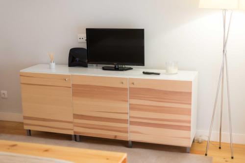 Uma televisão e/ou sistema de entretenimento em Apartamentos Santa Maria