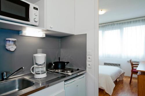 Una cocina o zona de cocina en Séjours & Affaires Lyon Saint-Nicolas