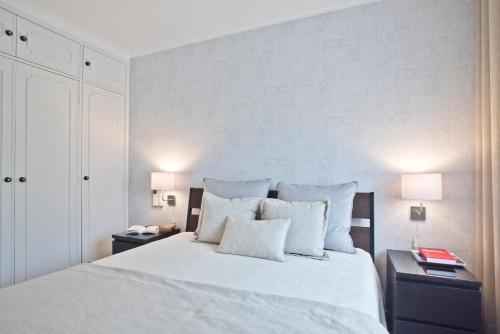 A bed or beds in a room at Elegant Guia