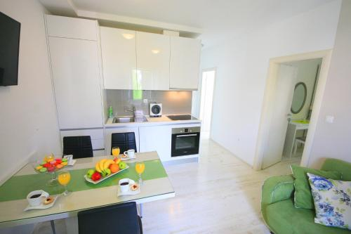 A kitchen or kitchenette at Gold Town Split Apartments