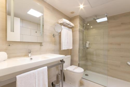A bathroom at R2 Bahia Kontiki