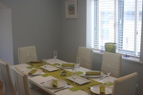 A restaurant or other place to eat at 9 Sandpiper Cottages