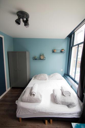 Een bed of bedden in een kamer bij Urban Vibes Guesthouse