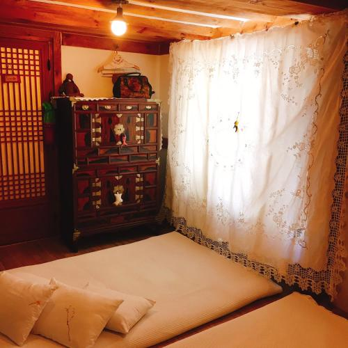 A bed or beds in a room at Ssamok Ssamok Hanok Guesthouse