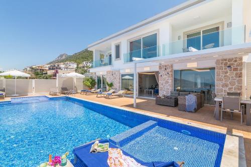The swimming pool at or near Villa La Mer