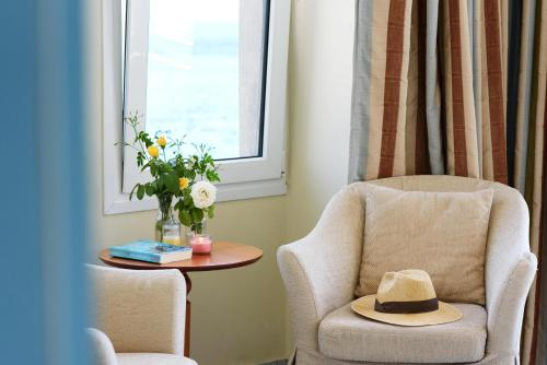 A seating area at Sea Breeze Hotel Apartments & Residences Chios