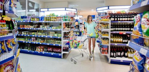 A supermarket or other shops at the condo hotel or nearby