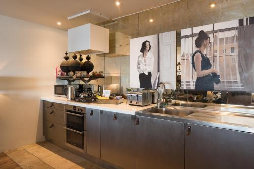 A kitchen or kitchenette at Beach Apartment Pop Up Living