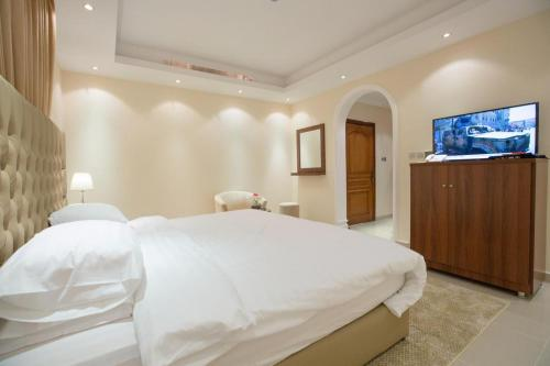 A bed or beds in a room at Al Fouz Luxury Hotel Suites