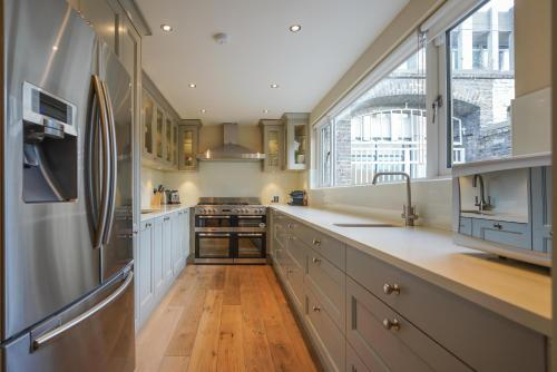 A kitchen or kitchenette at The Pierce Brosnan Suite