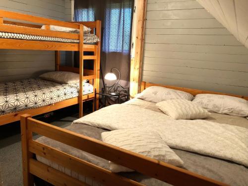 Ein Etagenbett oder Etagenbetten in einem Zimmer der Unterkunft Holiday House Franc