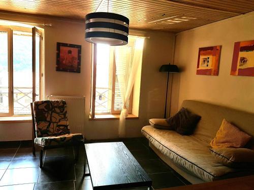Coin salon dans l'établissement Home Nantua studio meublés Ain-Jura