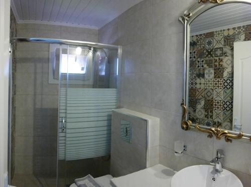 A bathroom at Hotel Avra