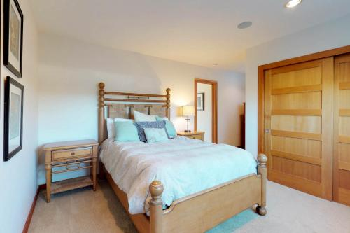 A bed or beds in a room at Sanderling by the Sea