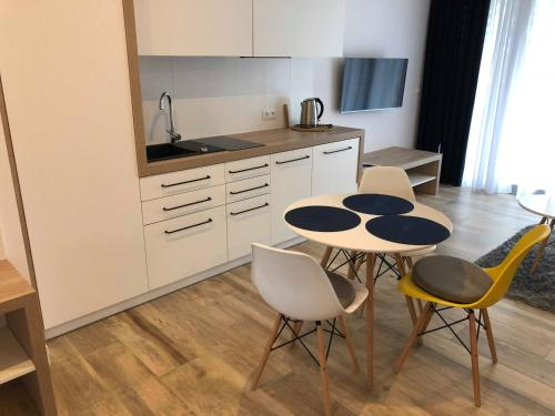 A kitchen or kitchenette at Apartamenty
