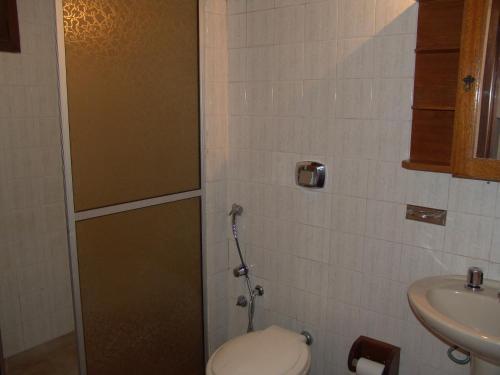 Un baño de La Alhambra Apart Hotel