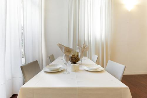 A restaurant or other place to eat at Padova White Flat