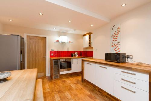 A kitchen or kitchenette at Heart of the New Town Sleeps 6